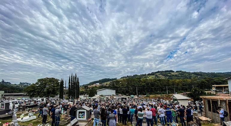 Funeral das vítimas do ataque à escola infantil Aquarela, no Cemitério Municipal da cidade de Saudades (SC)