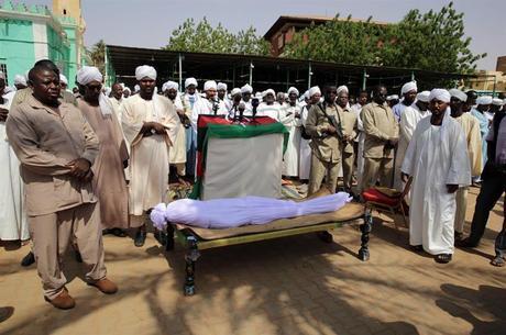 Vítima das milícias sudanesas é velada no Sudão