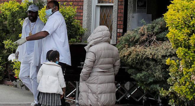 Estudos indicam que há preconceito implícito no sistema de saúde americano, o que faria com que pacientes negros sejam tratados de maneira diferente do que pacientes brancos