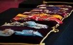 Serão posicionadas 9 almofadas com insígnias costuradas que ficarão próximas do caixão de Philip na capela de São Jorge, próxima ao Castelo de Windsor