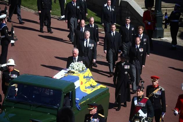 Os filhos e netos do príncipe Philip acompanharam o carro que levou o caixão do Castelo de Windsor até a Capela São Jorge