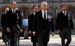 Os membros da realeza britânica usaram trajes civis para evitar mostrar que príncipes têm direito ao uniforme militar, pensando especialmente em Harry, queabandonou a monarquia há um ano