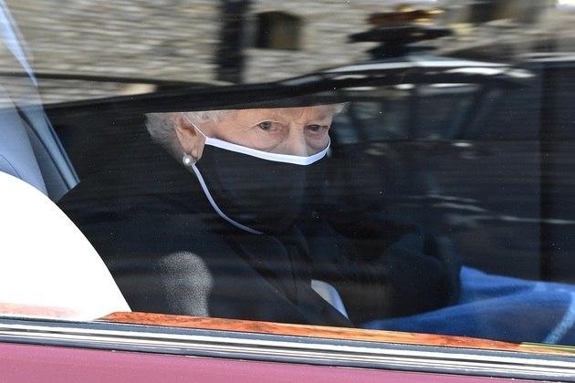 A rainha Elizabeth 2ª no carro chegando para se despedir do marido