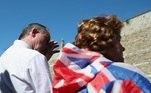 Além de flores, o público também levou bandeiras do Reino Unido