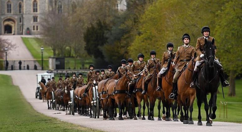 Homens da Cavalaria Real transportam canhões em preparativos para o funeral