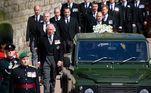 Membros da família real seguem o caixão do príncipe Philip durante procissão fúnebre