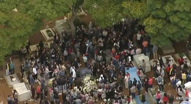 Cerca de 400 pessoas compareceram no enterro da jovem em Mogi das Cruzes