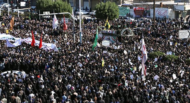 Milhares de pessoas acompanham o funeral do comandante militar iraniano Qassem Soleimani no Irã