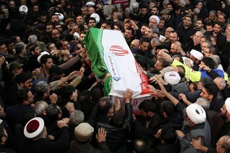 Funeral de Soleimani levou milhares às ruas de Teerã