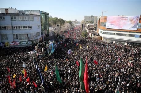 Confusão em funeral de Soleimani deixa 30 mortos