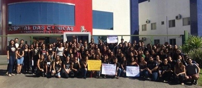 Estudantes se vestiram de preto e protestaram em frente ao hospital