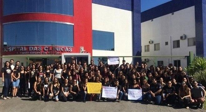 Estudantes protestaram contra falta de estrutura no Hospital da Funorte