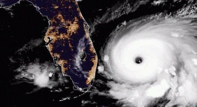 O furacão Dorian estava se movendo nesta segunda-feira muito lenta a leste da península da Flórida