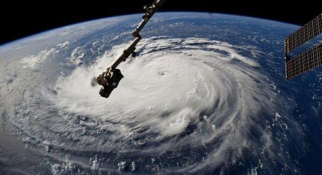 Imagem mostra a tempestade do furacão Florence vista do espaço. A expectativa é que ela comece a tocar a terra a partir de quinta-feira