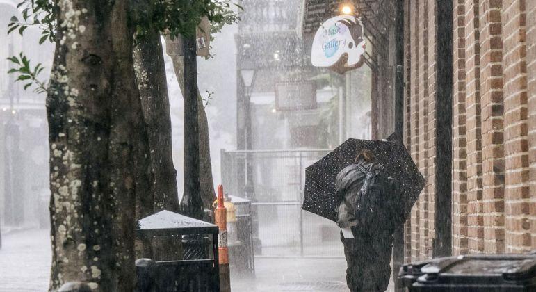 Morador do estado da Louisiana, que está na rota do furacão Ida, enfrenta chuva e vento neste domingo