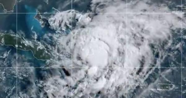 Furacão Isaias atinge as Bahamas esegue em direção à Flórida