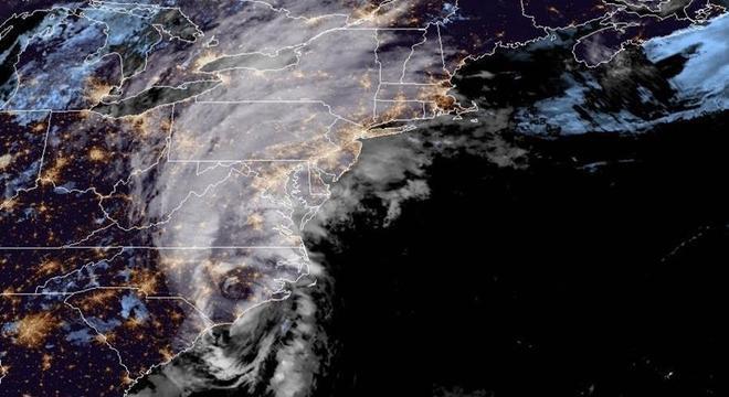 Imagem de satélite mostra chegada do furacão Isaias à Carolina do Norte