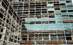 O edifício espelhado ficou seriamente danificado. Os andares mais próximos do solo perderam completamente os vidros. Em vídeos, é possível ver a intensidade dos ventos e o vidro voandoLeia mais:Furacão Laura: tempestade de categoria 4 chega aos EUA com ameaça de 'ressacas catastróficas, ventos extremos e inundações'