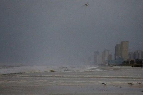 Flórida já tem chuva forte e ressaca provocados por furacão