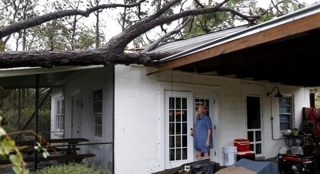 Lamonica estava dentro de casa quando furacão derrubou árvore sobre o telhado