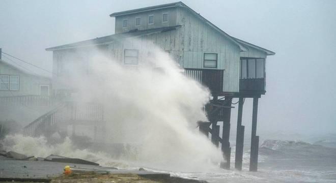 Furacão Michael já causa ondas no noroeste da Flórida