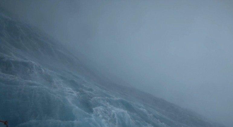 Imagem mostra as águas turbulentas do Oceano Atlântico em meio à passagem do furacão