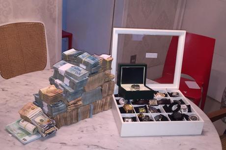 Dinheiro e relógios apreendidos na casa de suspeito