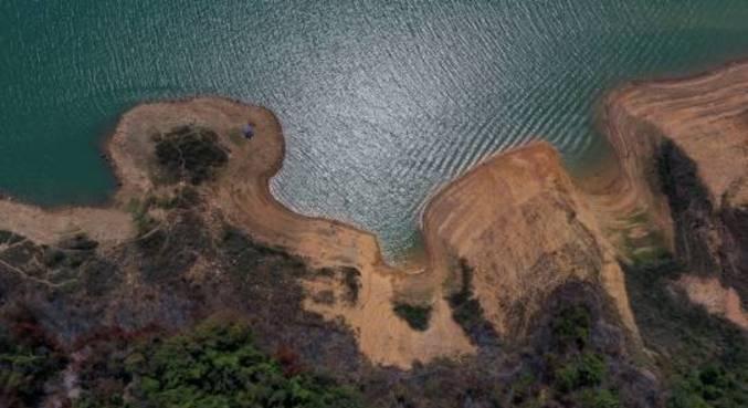Baixo nível da represa de Furnas, cujo reservatório está com 13,80% da capacidade