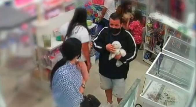 Câmeras de segurança do local mostram o casal acariciando o animal
