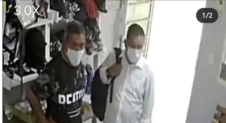 Câmeras de segurança registraram o momento em que cinco pessoas furtam equipamentos de equitação da hípica