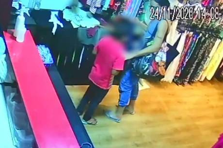 Imagem mostra criança entregando celular à mulher
