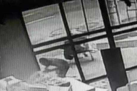 Imagem mostra suspeito furtando itens da loja