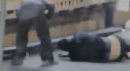 Homem furta celular da vítima caída no chão