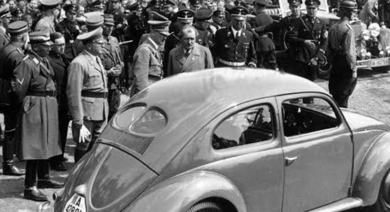 Ferdinand Porsche assinou contrato com o governo alemão com aval do ditador Adolf Hitler