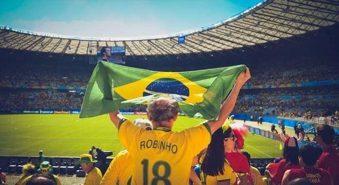 O futebol é uma das paixões do país e torcer por um time já é parte da identidade de um brasileiro