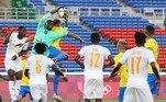 Com um a menos, a seleção tentou trocar passes e chegar ao gol marfinês com cruzamentos à área