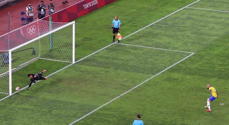 Daniel Alves, 38 anos, começou a disputa. Cobrando forte e marcando