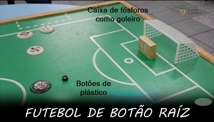 Futebol de Botão: Somente com aqueles botões que colocávamos os adesivos em cima e a caixa de fósforos com peso dentro e fita em volta