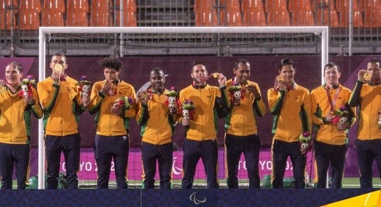 O elenco do Futebol de Cinco, pentacampeão