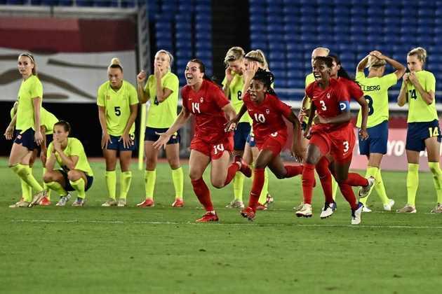 FUTEBOL FEMININO - O Canadá conquistou a medalha de ouro no futebol feminino. Nos pênaltis, a seleção canadense venceu a Suécia por 3 a 2, após empate por 1 a 1 no tempo regulamentar. As suecas amargam o segundo vice consecutivo em Olimpíadas, enquanto as canadenses conquistaram o primeiro ouro olímpico após dois bronzes seguidos.