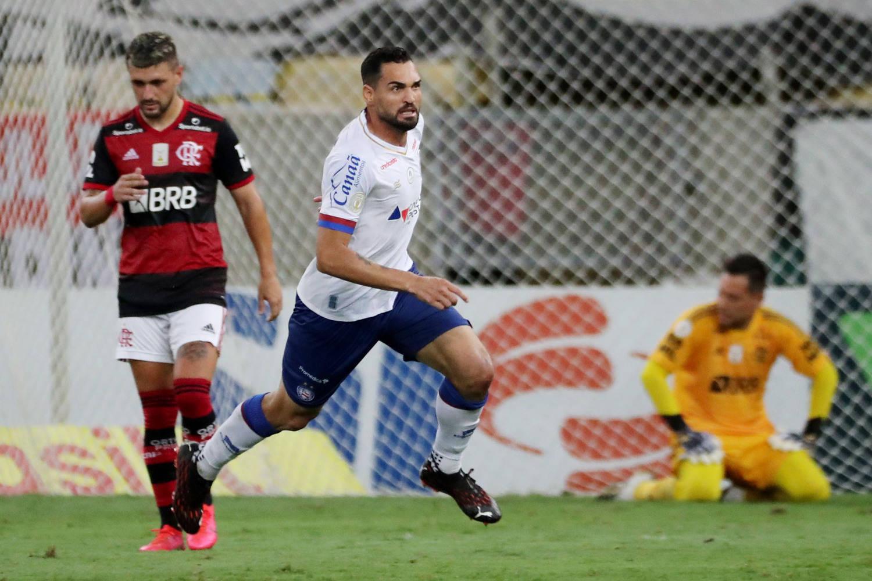 Gilberto marcou dois gols. Bahia se aproveitava por ter um jogador a mais