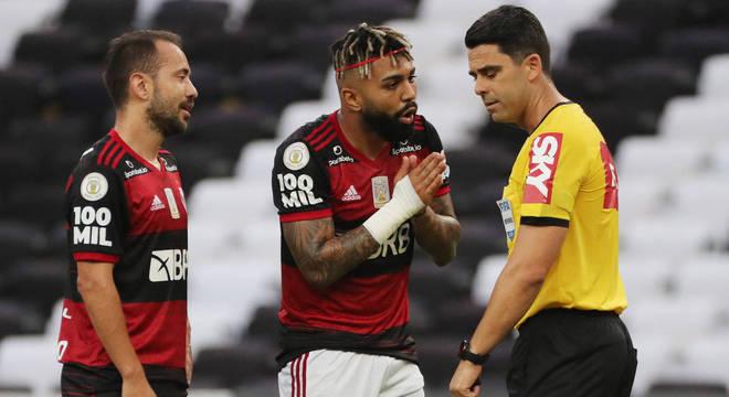 Gabigol reclama da expulsão nos minutos inicias da partida contra o Bahia