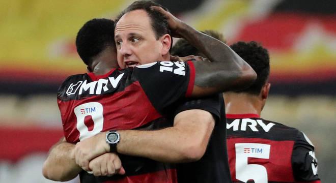 Técnico Rogério Ceni é abraçado por Gérson, do Flamengo