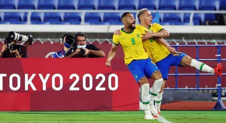 A felicidade de Matheus Cunha e de Antony. Era o primeiro gol da Seleção Brasileira