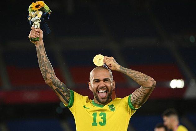 FUTEBOL MASCULINO - Jogador mais experiente do Brasil em Tóquio, Daniel Alves, de 38 anos, conquistou o seu 42º título da carreira. E foi a sua primeira medalha de ouro em Olimpíadas.