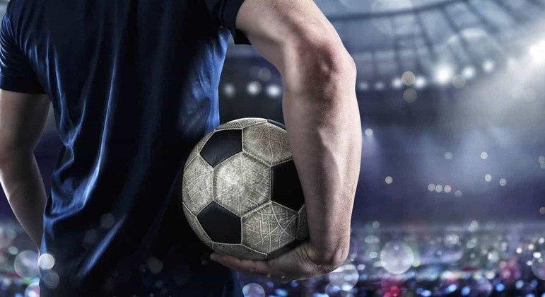 Mais da metade dos jogadores de futebol no Brasil recebem no máximo um salário mínimo