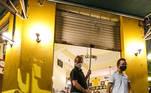 SP - FASE VERMELHA-SAO PAULO - GERAL Bares da Região da Pompeia, em São Paulo na Zona Oeste da capital, fecham as portas mais cedo nesta sexta-feira 05 A fase vermelha, que permite o funcionamento apenas de serviços essenciais, passa a vigorar nesta sexta-feira (05) As restrições vão até, pelo menos, 19 de março A reação é reflexo direto da orientação no combate à proliferação do coronavírus (COVID-19).   Foto: MARCELO D. SANTS/FRAMEPHOTO/ESTADÃO CONTEÚDO FRM20210306002 - 06/03/2021 - 00:04