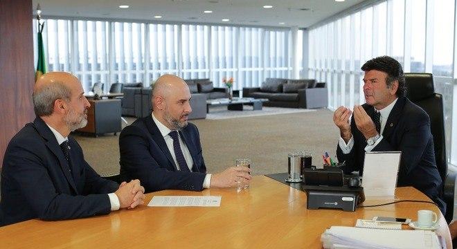Márcio Novaes, Douglas Tavolaro e o presidente do TSE, Luiz Fux, assinam acordo de cooperação para o combate às fake news