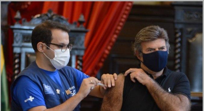 O presidente do Supremo Tribunal Federal, ministro Luiz Fux, recebe sua primeira dose