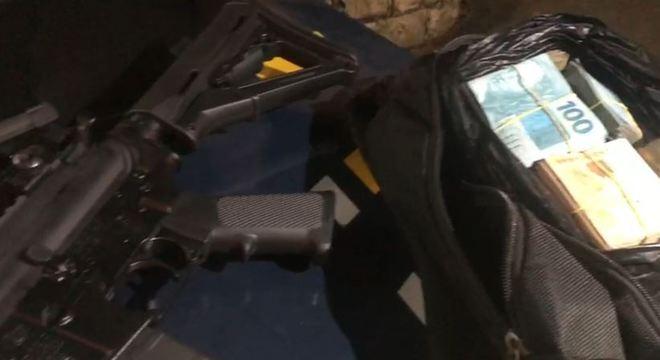 Fuzil americano e mais de R$ 53 mil em dinheiro estavam em mochila